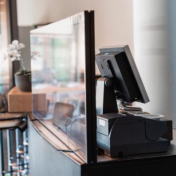 """Divisória para secretária """"Desk"""" com banner transparente"""